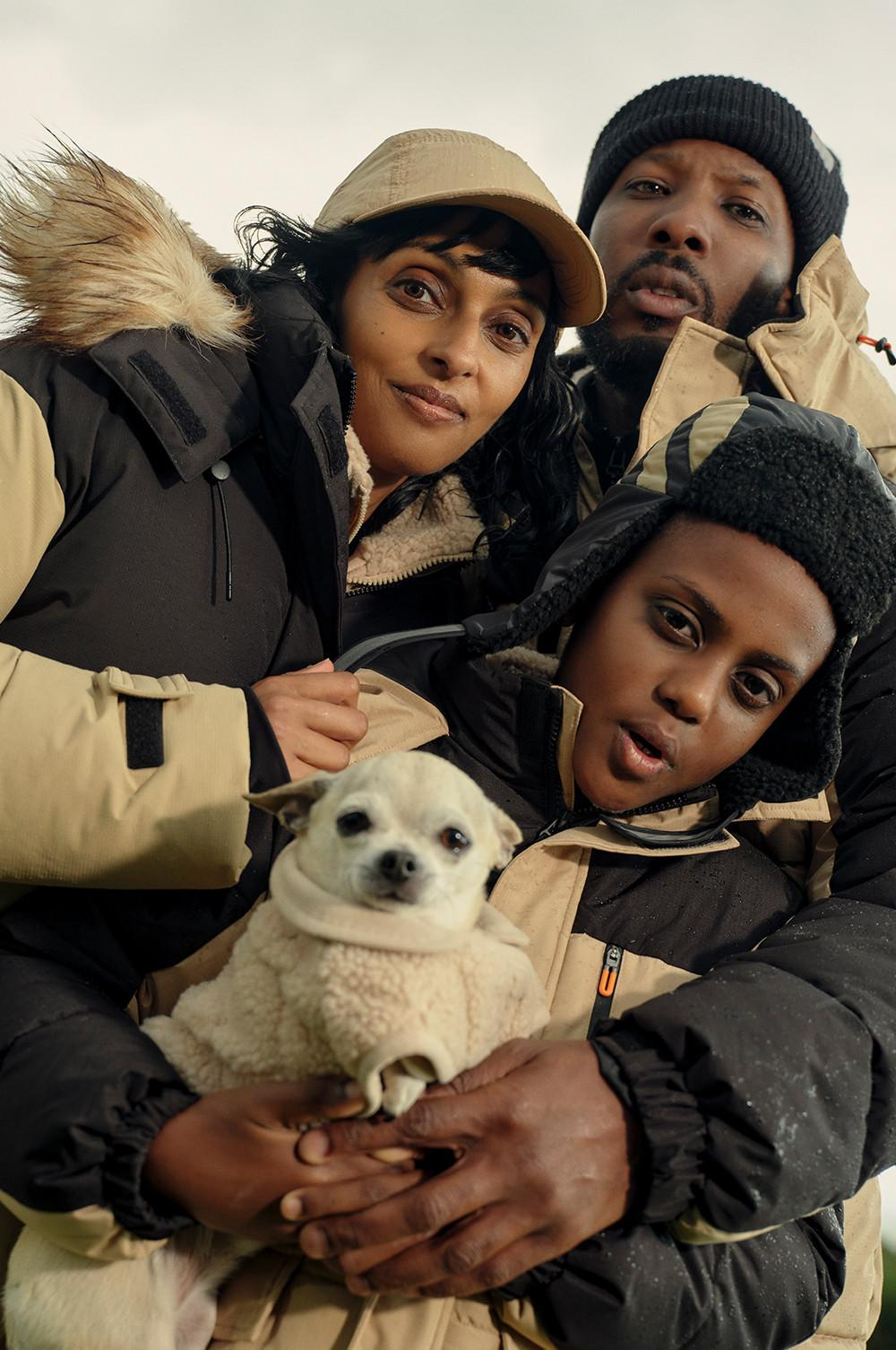 Gezin en hond met fleece-items voor heren, dames, kinderen en huisdieren