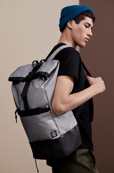 Model mit Rucksack