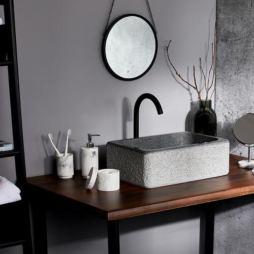 Immagine con bagno rilassante e accessori da bagno