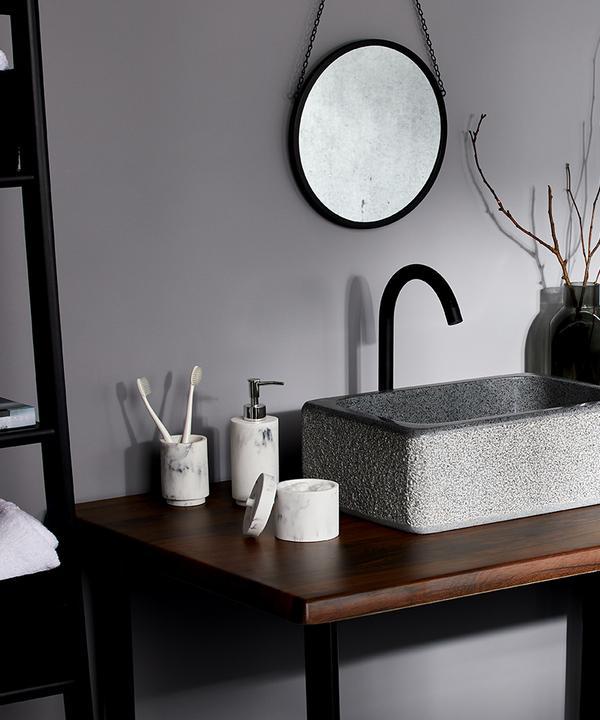 Afbeelding van rustgevende badkamer met accessoires