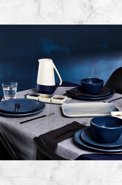 Grijs met blauw gedekte tafel