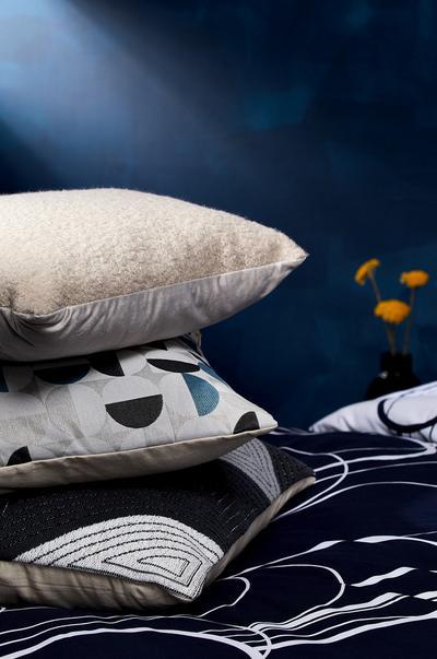 Stapel kussens tegen een blauwe achtergrond