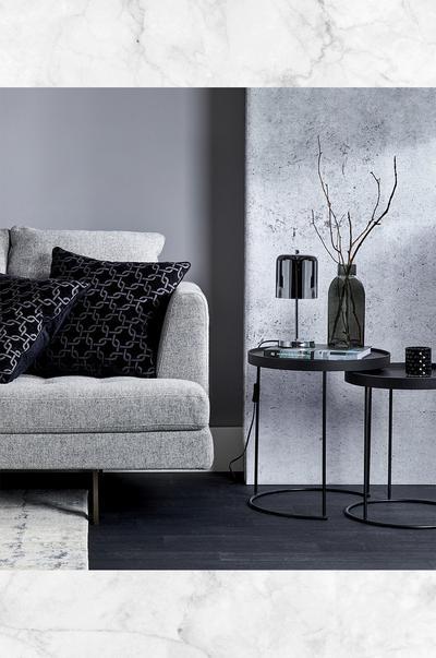 Afbeelding van rustgevende huiskamer met bank en salontafel