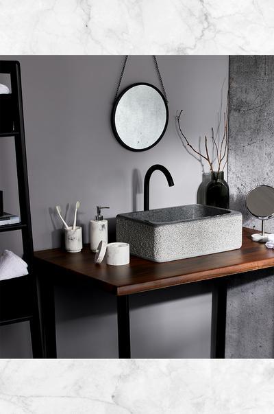 Fullsize afbeelding van rustgevende badkamer met accessoires