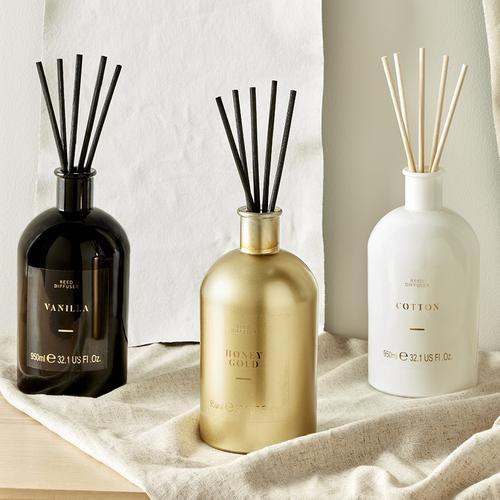 Immagine raffigurante candele di colore nero, bianco e oro, con candelabri bianchi e candele bianche a torciglione