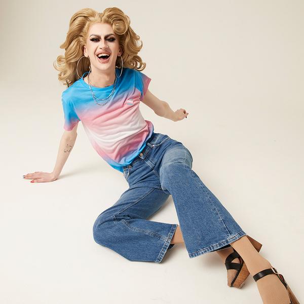 lachende vrouw met T-shirt 'Proud'