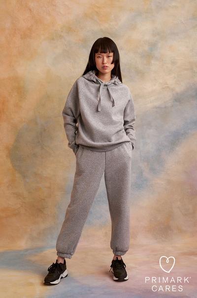 donna che indossa una tuta sportiva grigia