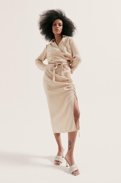 Model in overhemd en midirok in linnenlook