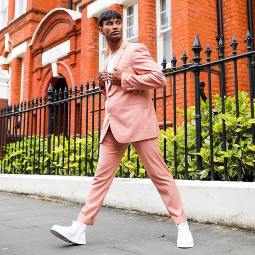 hombre en traje rosa