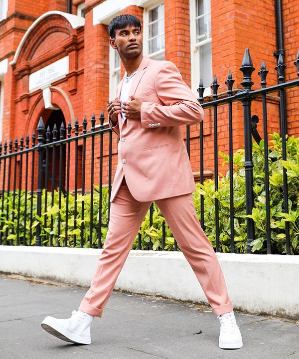 ein Mann in einem rosafarbenen Anzug