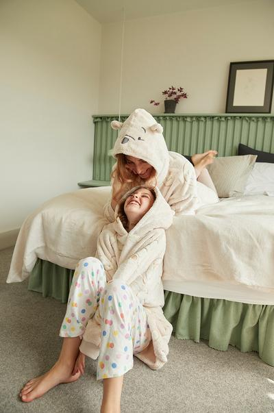 mum/ daughter by bed