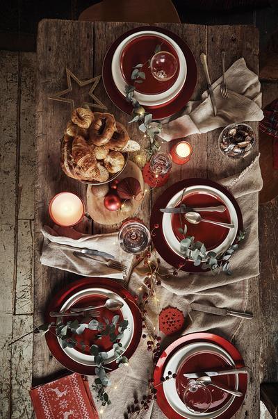 Klassische rote Tischdeko für Weihnachten