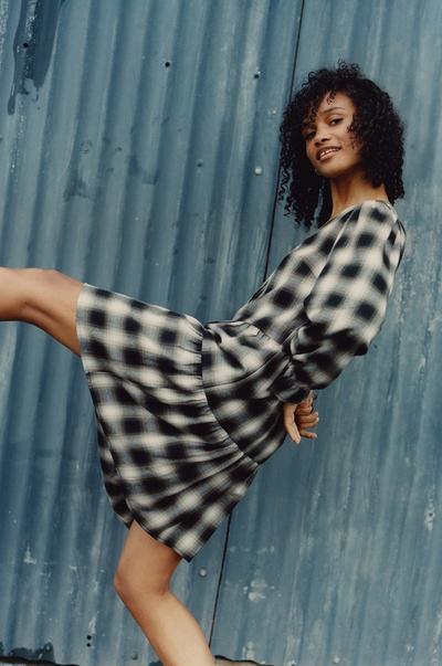 Model in gelaagde jurk met zwarte ruiten