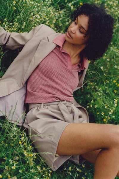 Model met een blazer, short en top