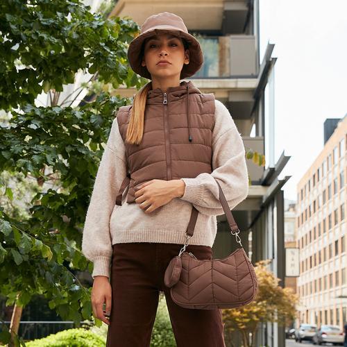 Model met hoedje en doorgestikte jas