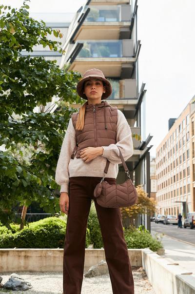Mannequin portant un chapeau et un manteau matelassé
