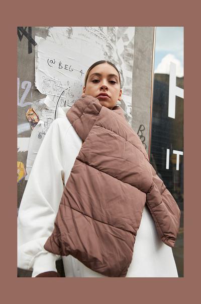 Mannequin portant une écharpe matelassée marron