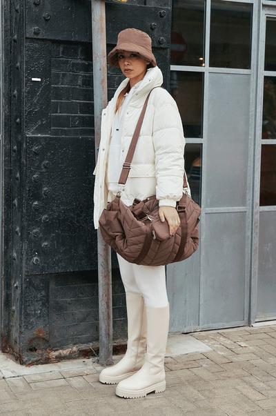Mannequin portant un sac et des bottines matelassés