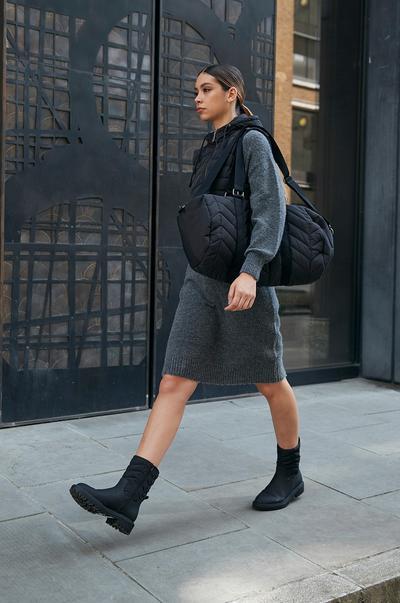 Mannequin portant un sac matelassé noir