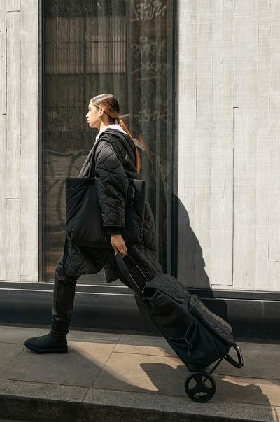 Mannequin avec des bottines et des sacs matelassés noirs
