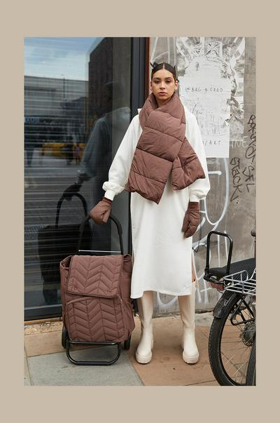 Mannequin portant une écharpe et des moufles matelassées