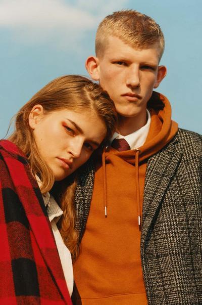 Zwei Models tragen Primark Herbst-/Winter-Outfits