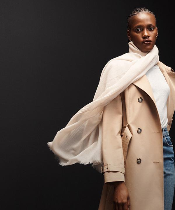 Vrouw in jas van wolmix