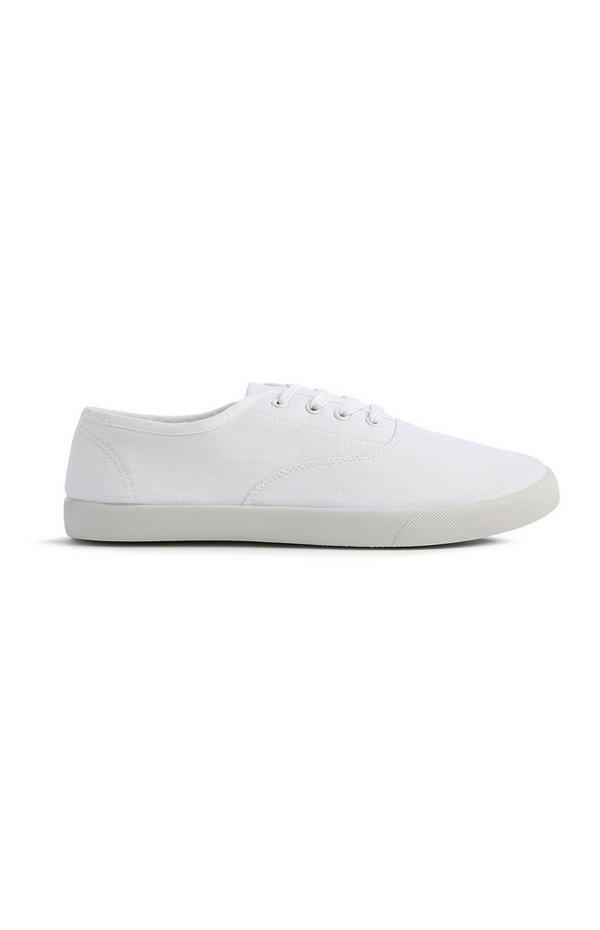 Sportliche, weiße Schnürschuhe