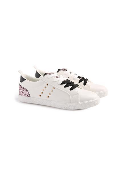 Weiße Sneaker mit goldenen Nieten