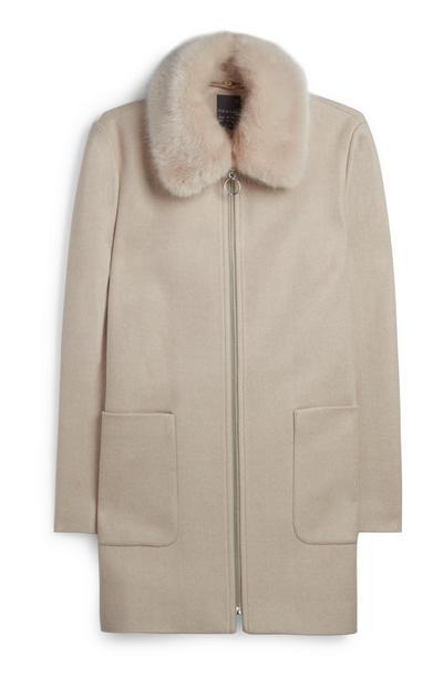 Abrigo color crema con cuello de pelo