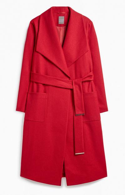 Roter Mantel mit Gürtel