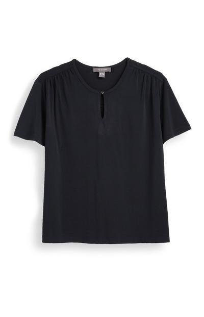 Camiseta negra con abertura