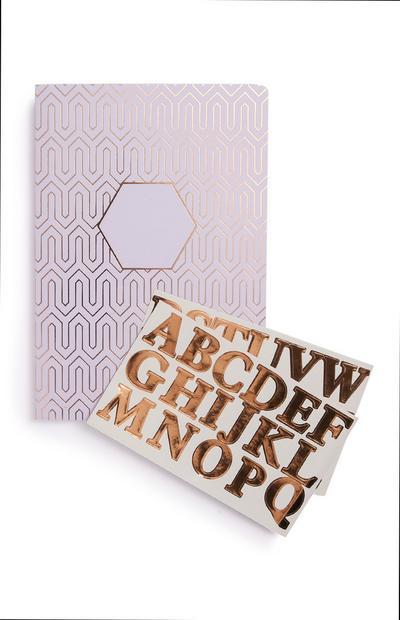 Notitieboek met paarse initialen