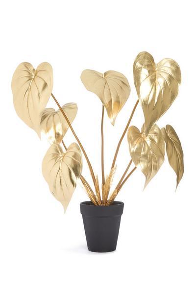 Goldfarbene Kunstpflanze im schwarzen Blumentopf
