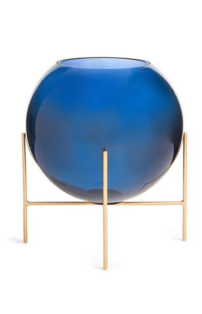 Blauwe glazen bolvaas op goudkleurige standaard