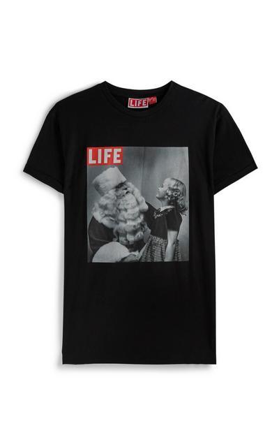 Camiseta negra de Papá Noel como portada de «Life»