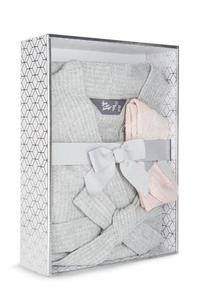 Bata de punto gofre gris de lujo y calcetines rosas de punto
