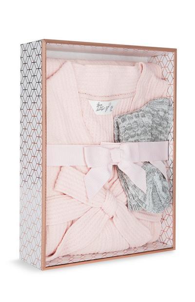 Caja regalo con bata de punto gofre rosa de lujo y calcetines grises de punto
