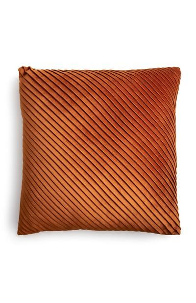 Cuscino arancione in velluto con pieghe piccole