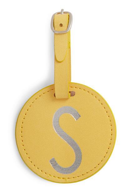 Etiqueta amarilla con inicial para equipaje