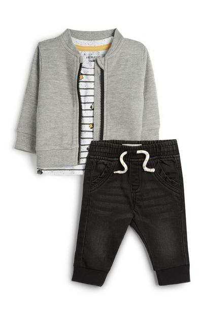 Svetlo siva športna jakna z belo majico in temno sivimi kavbojkami za dojenčke
