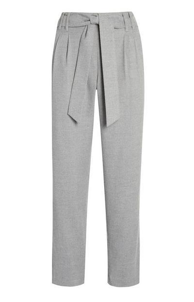 Pantalón de pinza gris con cinturón