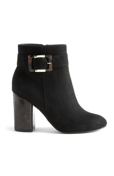 Stivali neri con tacco alto e fibbia