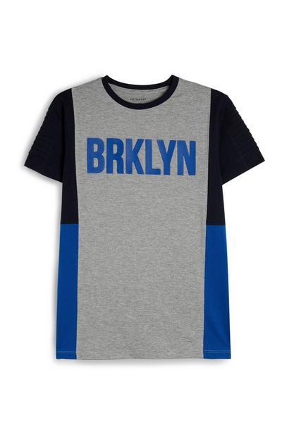 T-shirt a blocchi di colore con scritta da ragazzo