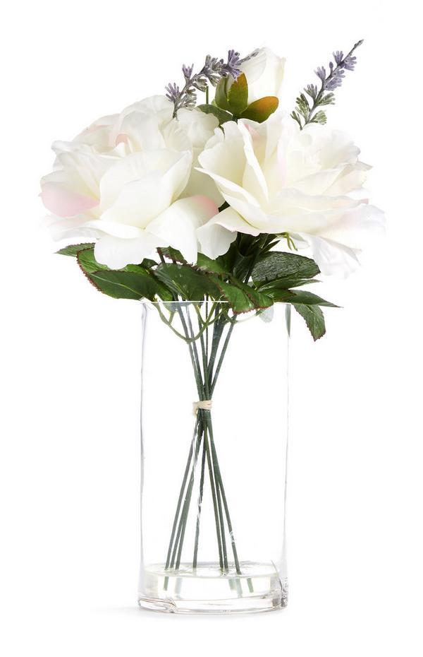 Grote glazen vaas met witte imitatiebloemen
