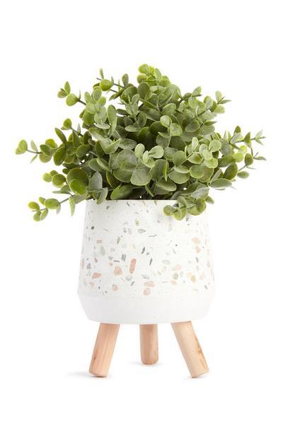 Imitatievetplant in witte terrazzopot
