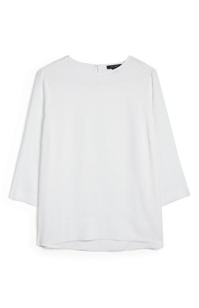 Preprosta bela škatlasta majica