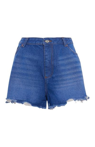 Vaqueros cortos azules con bajos sin rematar