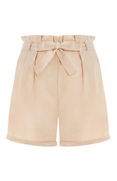 Shorts color panna in lino con cintura