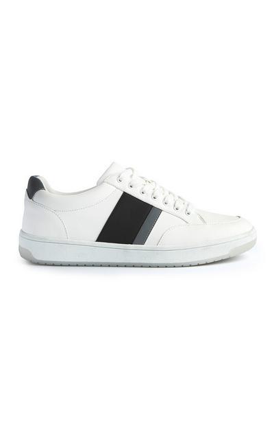 Lage witte sneaker met zwarte strepen